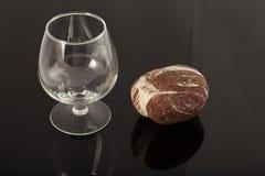 自然石头和一块玻璃在被涂清漆的涂层,对象的反射 免版税库存照片