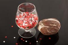 自然石头和一块玻璃在被涂清漆的涂层,对象的反射 库存图片