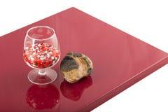 自然石头和一块玻璃在被涂清漆的涂层,对象的反射 图库摄影