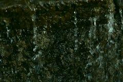 自然石头和流动的水抽象绿色纹理  水的水源在山的 库存图片