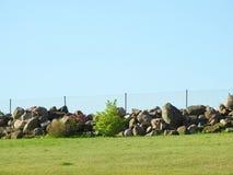 自然石头和篱芭,立陶宛 库存图片