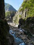 自然石峡谷看法有蓝色河深下面和登上的 免版税库存照片