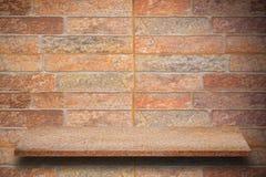 自然石架子和石墙背景空的上面  库存图片