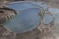 自然石灰华水池和大阳台,棉花堡,土耳其 免版税库存照片