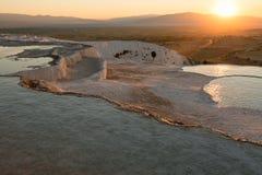 自然石灰华水池和大阳台在日落,棉花堡 免版税库存图片