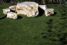 自然石头作为庭院的装饰材料 图库摄影