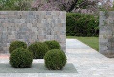 自然石头在庭院里 图库摄影