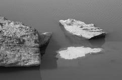 自然石头在水B&W中 免版税库存图片