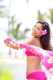 自然秀丽种族妇女愉快在海滩 免版税图库摄影