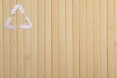 自然竹纹理和纸回收标志 免版税图库摄影