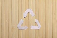 自然竹纹理和纸回收标志 免版税库存图片