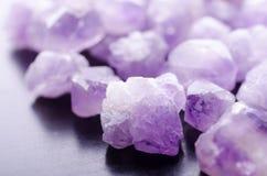 自然紫色的矿物特写镜头白色背景 免版税库存图片