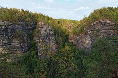 自然纪念碑-捷克瑞士漂泊瑞士或Ceske Svycarsko国家公园 在夏天下午的鸟瞰图 免版税库存图片