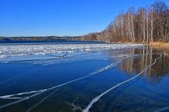 自然纪念碑-湖Uvildy在晴天,车里雅宾斯克地区的晚秋天 俄国 库存照片