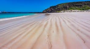 自然线出现在美丽的塞罗Brujo海滩沙子  库存图片