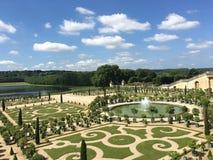 自然绿色凡尔赛庭院喷泉湖 免版税库存照片