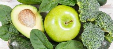 自然绿色水果和蔬菜当来源维生素和矿物,健康营养概念 免版税库存图片