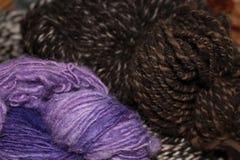 自然羊毛回家转动的丝球 免版税图库摄影