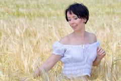 自然美丽的女孩 免版税库存照片