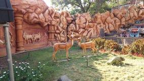 自然美人雕象与鹿的 免版税库存照片
