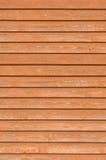 自然老木篱芭墙壁板条,木接近的委员会纹理,重叠红棕色closeboard赤土陶器的垂直土气 库存图片
