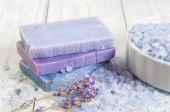 自然肥皂、淡紫色、盐在一个木板,卫生学项目浴的和温泉 图库摄影