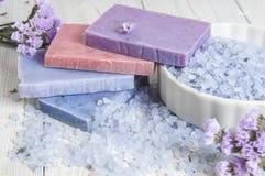 自然肥皂、淡紫色、盐在一个木板,卫生学项目浴的和温泉 免版税库存图片