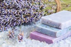 自然肥皂、淡紫色、盐在一个木板,卫生学项目浴的和温泉 免版税图库摄影