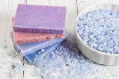自然肥皂、淡紫色、盐在一个木板,卫生学项目浴的和温泉 库存图片