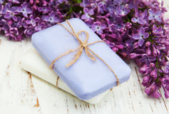 自然肥皂和丁香花 免版税库存照片