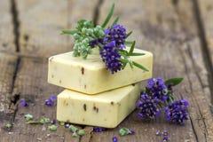 自然肥皂和淡紫色花酒吧  免版税图库摄影