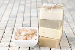 自然肥皂和腌制槽用食盐 免版税库存照片