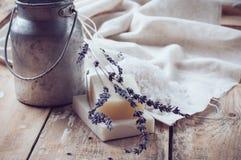 自然肥皂,淡紫色,盐,布料 库存照片
