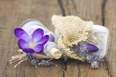 自然肥皂,腌制槽用食盐酒吧,烘干了淡紫色和番红花 免版税图库摄影