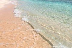 自然背景、清楚的水和蓝色多云天空淡色 免版税库存照片
