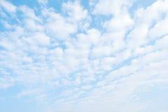 自然背景、蓝天和云彩晴天、春天和s 免版税库存照片