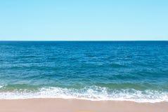 自然背景、蓝天和清楚的水淡色 库存图片