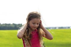 自然背景的逗人喜爱的相当小女孩 免版税库存图片