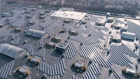 自然能,生产绿色能量的太阳电池板在房子屋顶露天的,寄生虫视图 股票视频