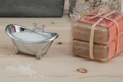自然腌制槽用食盐,在与温泉辅助部件的木背景安置的有机产品 免版税库存照片
