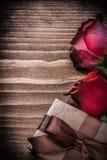 自然膨胀的玫瑰提出在木委员会的箱子 免版税库存照片