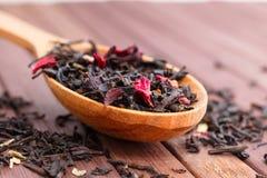 自然茶的构成与的叶子上升了 宏观照片  图库摄影