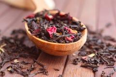 自然茶的构成与的叶子上升了 宏观照片  免版税库存照片