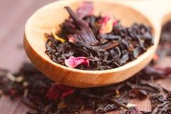 自然茶的构成与的叶子上升了 宏观照片  免版税库存图片