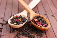自然茶的构成与的叶子上升了 宏观照片  库存照片
