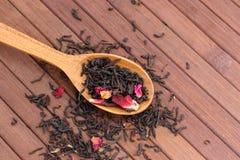 自然茶的构成与的叶子上升了 宏观照片  库存图片