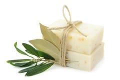 自然草本肥皂用在白色背景和月桂叶隔绝的橄榄 免版税库存照片