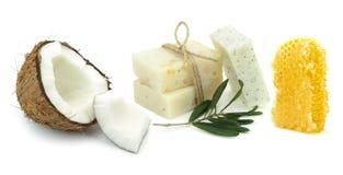 自然草本肥皂用椰子、橄榄和蜂蜜 免版税库存照片