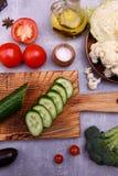 自然菜和油在桌上 免版税库存图片