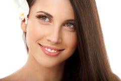 自然补偿有红色嘴唇的深色的妇女。 免版税库存照片